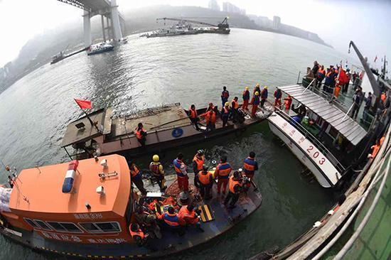 现场救援指挥部已制定车辆打捞出水方案,全力展开搜救工作。 三峡都市报社 冉孟军 摄