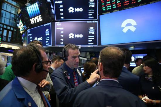 9月12日,在美国纽约证券交易所,交易员在蔚来汽车第一笔交易前等待股票最新报价。(新华社)