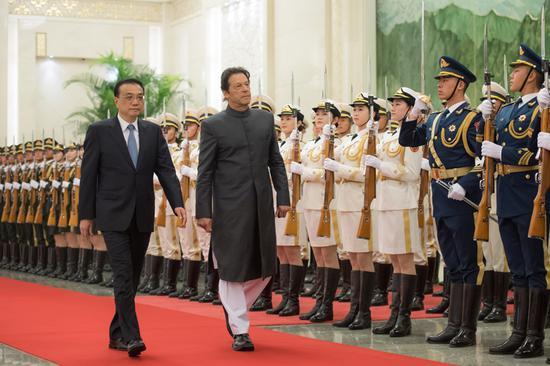 国务院总理李克强11月3日上午在人民大会堂同来华进行正式访问的巴基斯坦总理伊姆兰・汗举行会谈。