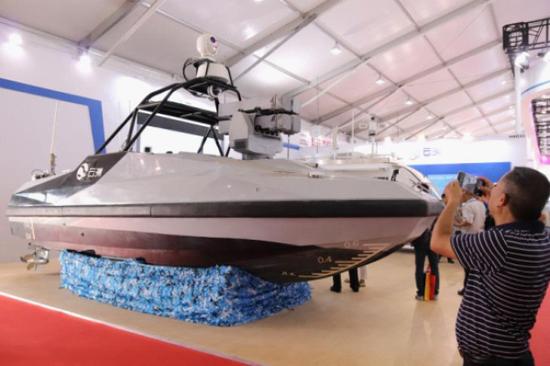 """珠海航展首次亮相的""""�t望者Ⅱ""""察打一体导弹无人艇。"""