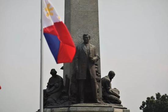这是11月17日拍摄的何塞·黎刹雕像及留念碑。新华社记者 杨志刚 摄
