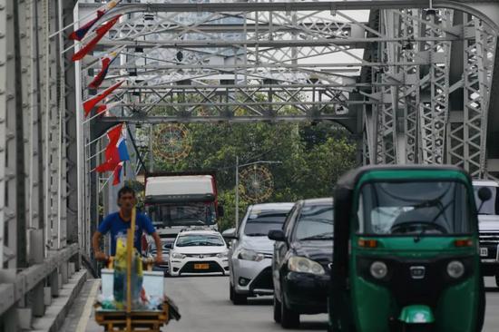 11月18日,菲律宾首都马尼拉交通干道上悬挂菲律宾和中国国旗。新华社记者 杨志刚 摄
