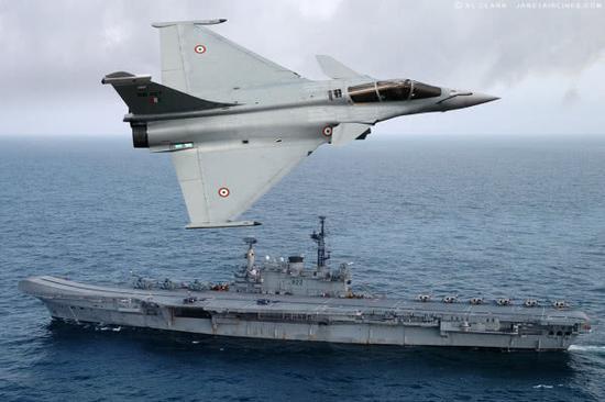 """资料图片:印度军迷制作的""""阵风""""战机飞越印海军航母设想图。"""