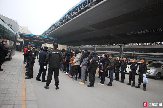 ▲警方将嫌疑人从南宁押解到重庆