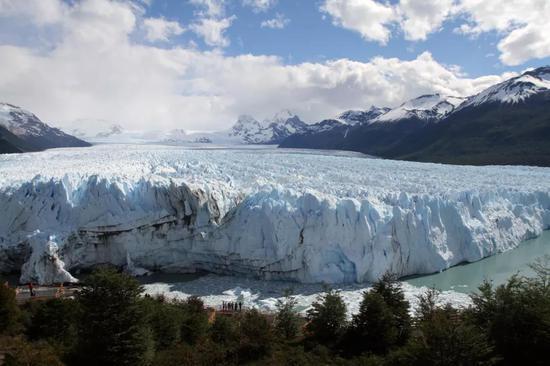 卡拉法特附近阿根廷湖中的莫雷诺冰川