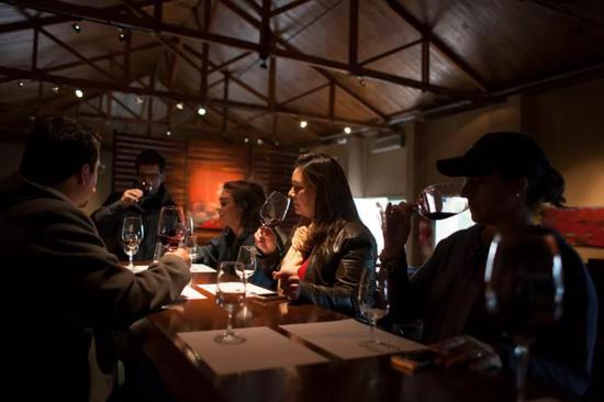游客们在门多萨酒庄内品酒
