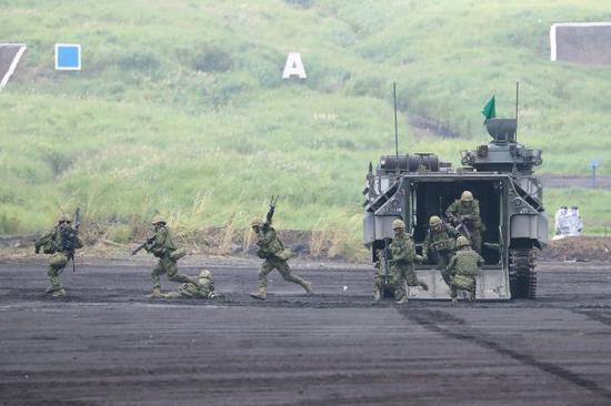 资料图片:日本2018年富士综合火力演习中,水陆两用车卸下自卫队成员。新华社记者 杜潇逸 摄
