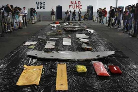 巴西军方展现打捞的法航客机残骸