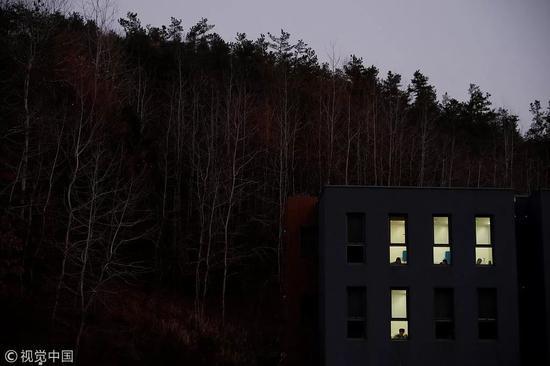 """△ 2018年11月10日,夜幕降临,""""牢房""""内亮起了灯。"""