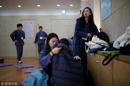 △2018年11月10日,Park Hye-ri和她的朋友准备被关起来。