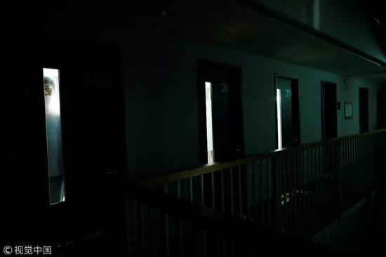 """△ 2018年11月11日,一名参与者透过""""牢房""""铁门的窗户向外观察着。"""