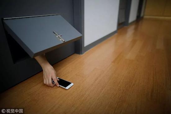 2018年11月10日,韩国洪川郡,28岁的初创公司项目经理Park Hye-ri将她的手机放在牢房外。   图|视觉中国