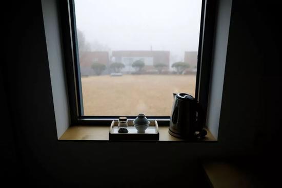 △ 2018年11月11日,房间内的窗台上,摆放着一套茶具和一个用于烧水的水壶。