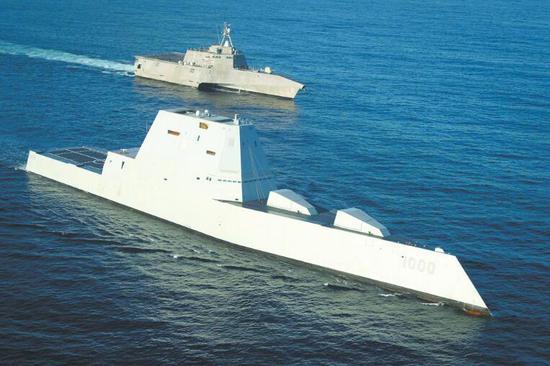 """性能远不敷预期的美海军""""朱姆沃尔特""""级驱逐舰(前)与濒海战斗舰(后)能够成为这次军费减少的牺牲品。"""