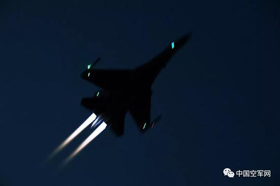 南部战区空军航空兵某旅构造夜晚飞走训练。范以书 图