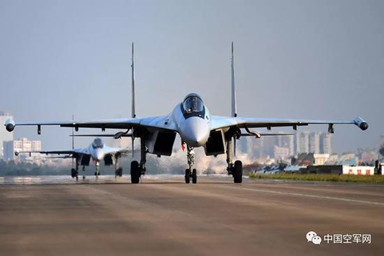 2018年12月4日,南部战区空军航空兵某旅构造跨昼夜飞走,苏35战机挨次滑向首飞线。范以书 图