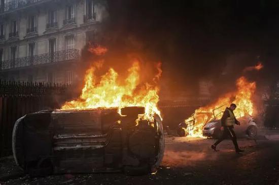 """▲12月1日,法国巴黎,""""黄背心""""示威不息进走,示威者""""攻克""""香榭丽弃大街、凯旋门等多个地标,示威抗议振奋的燃料价格和生活成本。"""