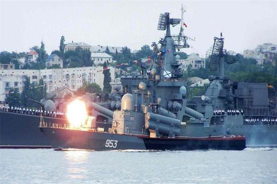 图为俄罗斯暗海舰队舰艇