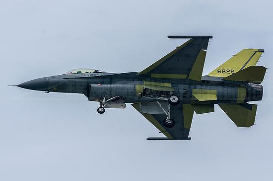 原料图:改进后的台湾F-16V战斗机试飞