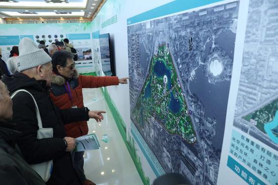 12月17日,龙潭中湖第二轮征集民意现场,前来挑偏见的居民在不雅旁观设计展板。新京报记者 王贵彬 摄