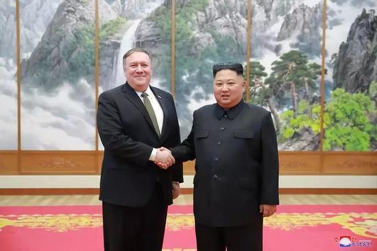 10月7日,朝鲜最高领导人金正恩在平壤与美国国务卿蓬佩奥握手。新华社/朝中社
