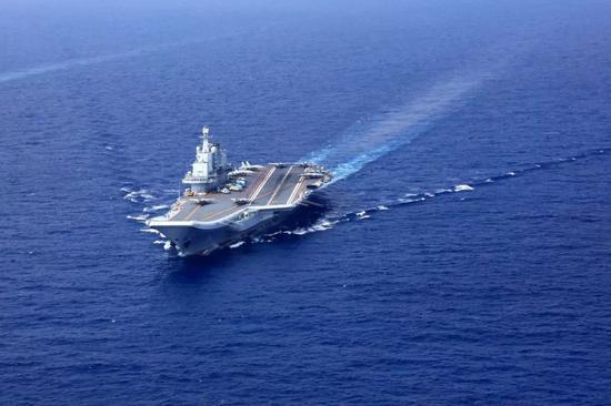 ▲原料图片:2018年4月,辽宁舰航母编队在南海某海域开展实兵对抗训练。(视觉中国)