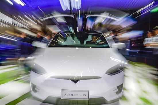 11月7日,一名参观者在特斯拉展位体验MODEL X汽车。 (新华社)