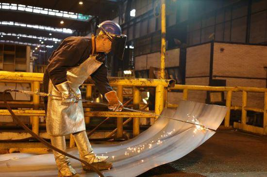 原料图片:河钢集团收购的塞尔维亚斯梅代雷沃钢铁厂。(新华社)