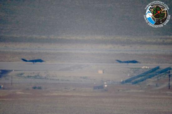 """美军迷于2018年5月在内华达""""51区""""拍到的F-117隐身战机地面滑走照片。(图片来源:美国Aviationist网站)。"""