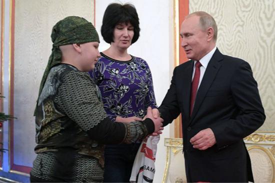 普京与10岁幼男孩握手(图:俄罗斯卫星通讯社)