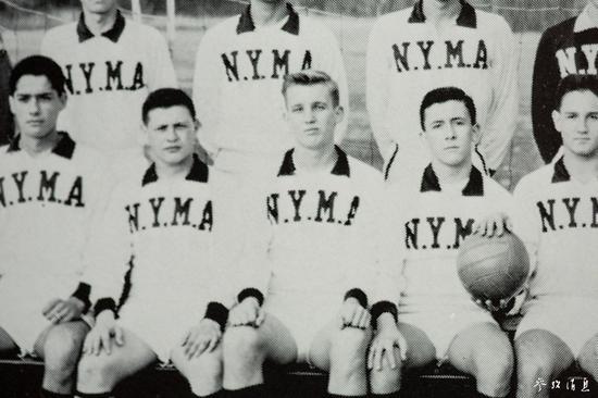 就读于纽约军事学院时的特朗普(前排中)