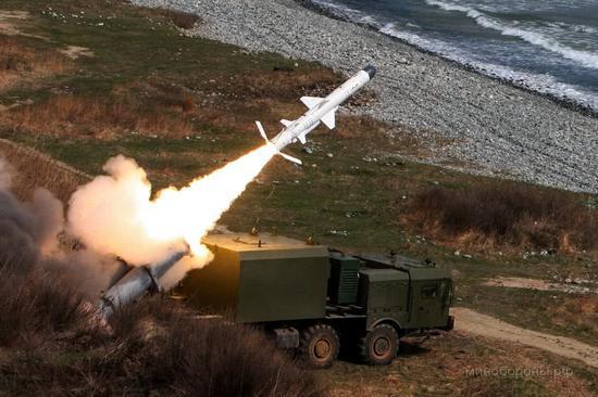 """俄军""""舞会""""岸基导弹编制在国后岛和择捉岛试射""""天王星""""逆舰导弹。"""