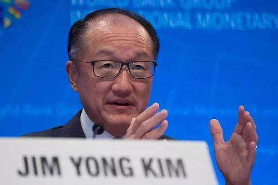 2017年10月12日,世界银行行长金墉在国际货币基金组织(IMF)和世界银行秋季年会开幕新闻发布会上讲话。新华社发(沈霆摄)