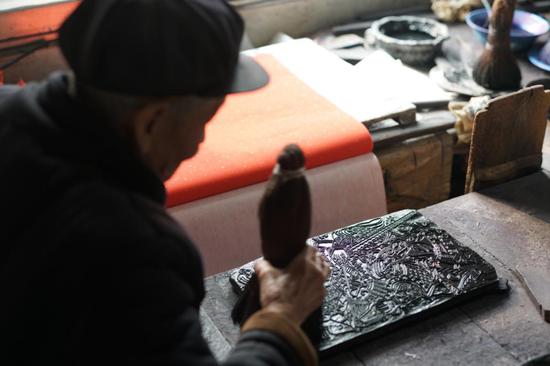 杨洛书展示杨家埠木版年画制作技艺