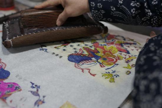 正在印制的杨家埠木版年画