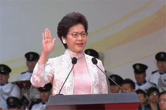 公职人员就职宣誓仪式前需播放国歌,图为林郑月娥宣誓就任特首。(图:新华社)