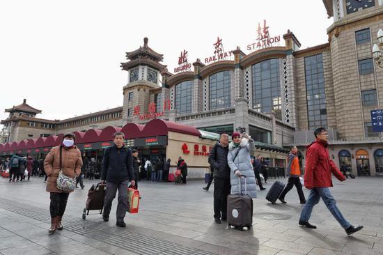明日(2月9日)北京三大火车站将迎来春运返程小高峰。 新京报记者 王飞 摄