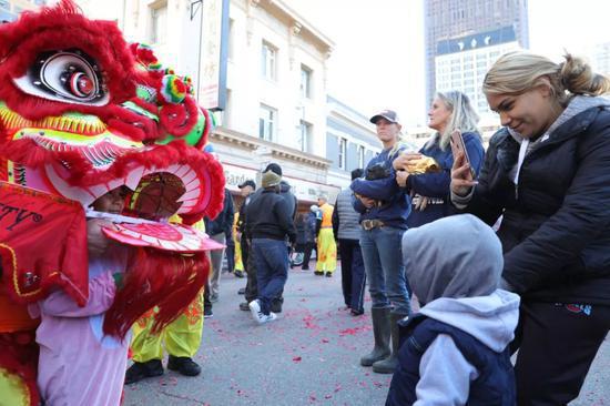 2月5日,在旧金山唐人街,人们参加大年初一舞龙舞狮庆祝活动。新华社发(刘艺霖摄)
