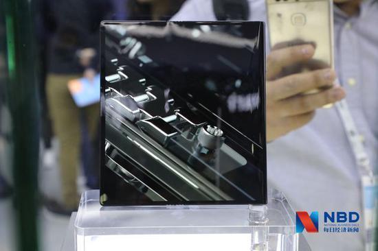 在玻璃罩中展示的华为Mate X折叠屏手机 每经记者刘春山 摄