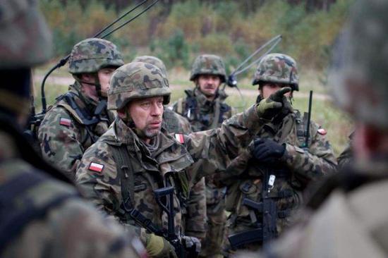 图为波兰军队正在进行军事演习