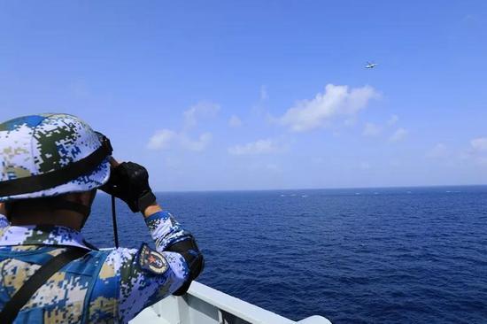 ▲直升机凌空侦察,特战队员严密观察海面