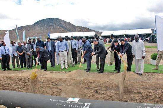 2017年7月,中方代表与吉布提总统为埃塞-吉布供水管道奠基,该管道能解决吉布提65%人口的饮水问题