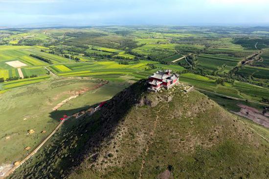 位于晋蒙交界、毛乌素沙漠边缘的山西省右玉县的牛心山。(新华社)