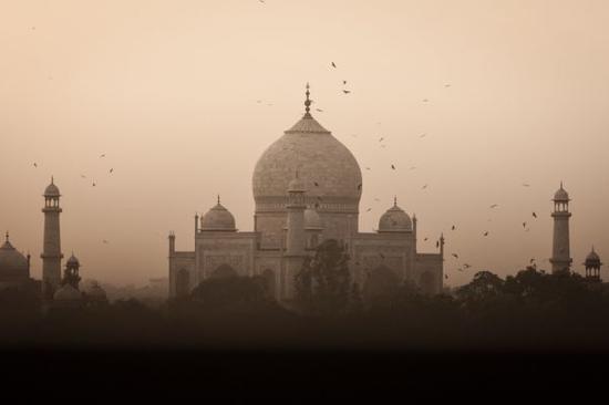 """印度空气污染非常严重。白色大理石建成的泰姬陵是印度著名古迹,也是世界遗产,如今已被""""染""""得略带土黄棕色。(新华社)"""