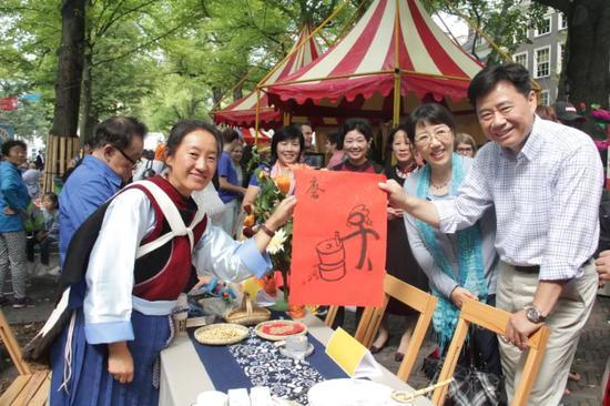 吴恳(右一)与郭金秋(右二)出席第六届海牙使馆节活动 图片来源:中国驻荷兰大使馆官网