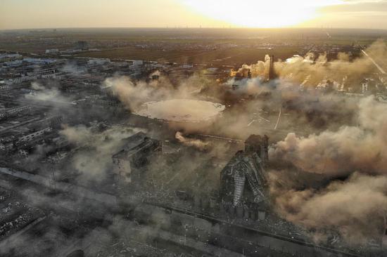 从事故发生后的航拍图来看,天然气站的位置已被炸成一个大坑。   新京报记者彭子洋摄