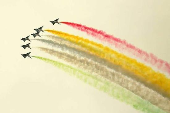 中国空军八一飞行表演队参加巴基斯坦国庆阅兵 图自推特