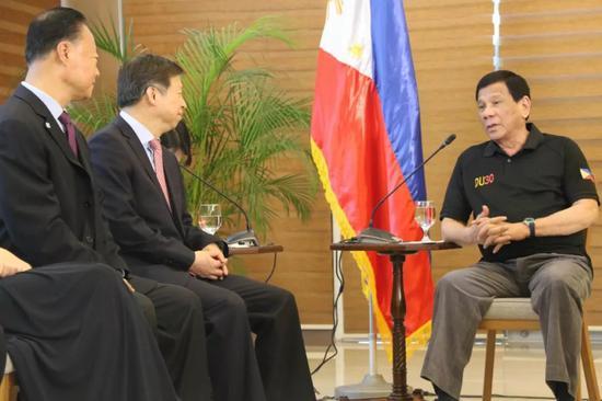 3月27日,菲律宾民主人民力量党主席、总统杜特尔特(右一)在达沃会见中联部部长宋涛(左二)。新华社记者郑昕摄