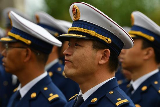 前来参加追悼会的消防队员。新京报记者吴江 摄