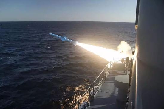 这张伊朗海军2月23日提供的照片显示,进行军演的伊朗海军舰艇在阿曼湾发射导弹。新华社/法新